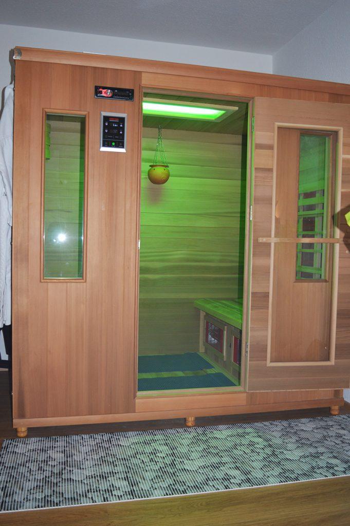 Die Infrarot-Wärmekabine mit Farblicht- und Aroma-Anwendung sowie Solevernebler.