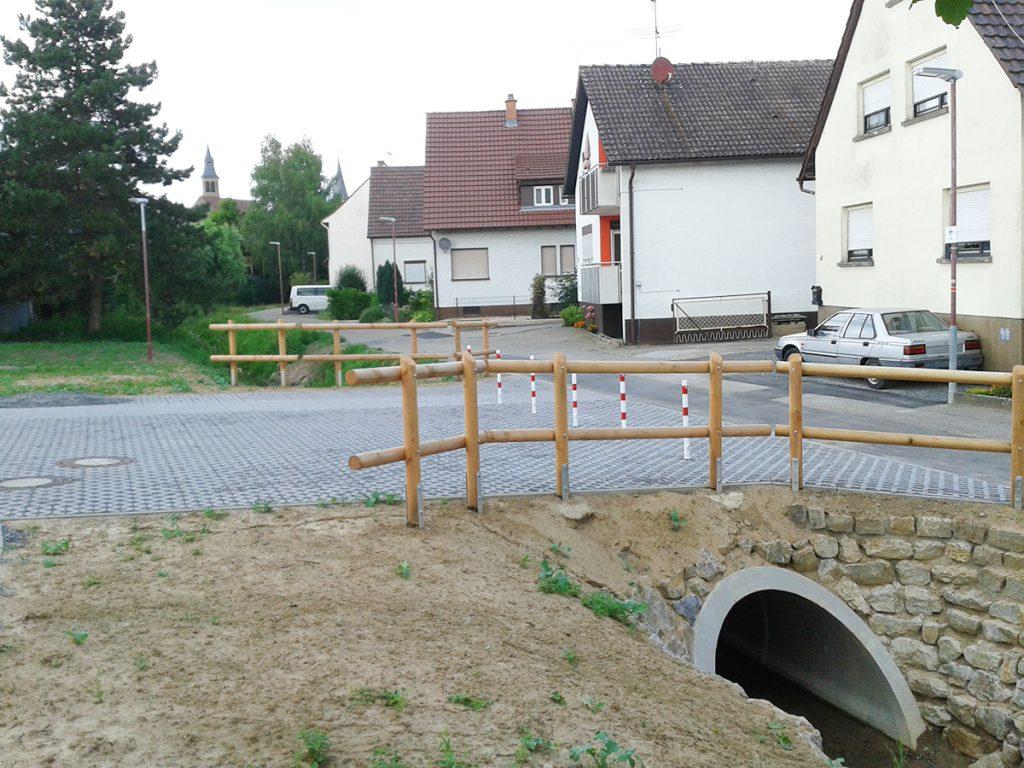 Aus alt mach neu - aus dem Holzbrückle wurde eine richtige Straße, die Poller werden aber nur im Notfall entfernt.